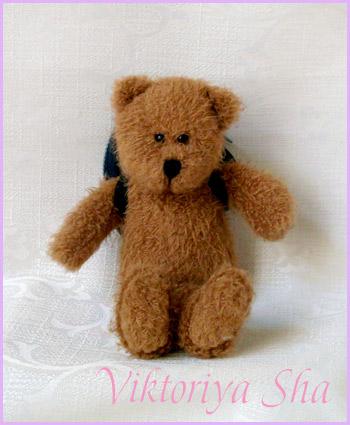 Медвежонок из Великобритании с рюкзачком