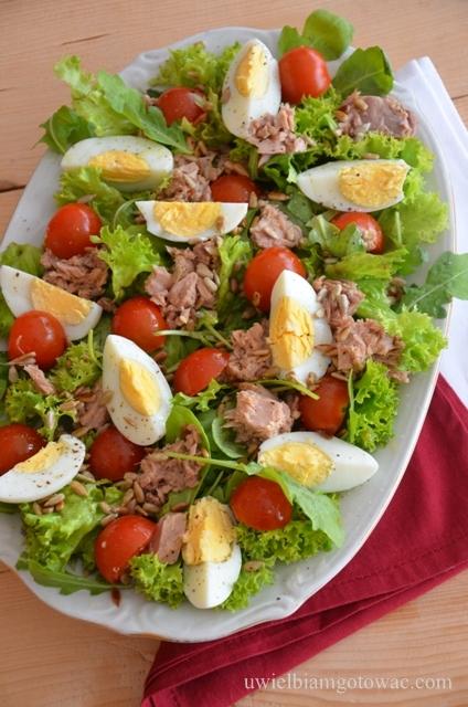 Sałatka z tuńczykiem i pomidorkami na rukoli i sałacie