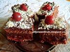 Csokoládés szelet 2, csokoládé pudingos kevert tésztás sütemény, meggyes csokoládés krémmel, reszelt fehér csokoládéval és meggyel a tetején.