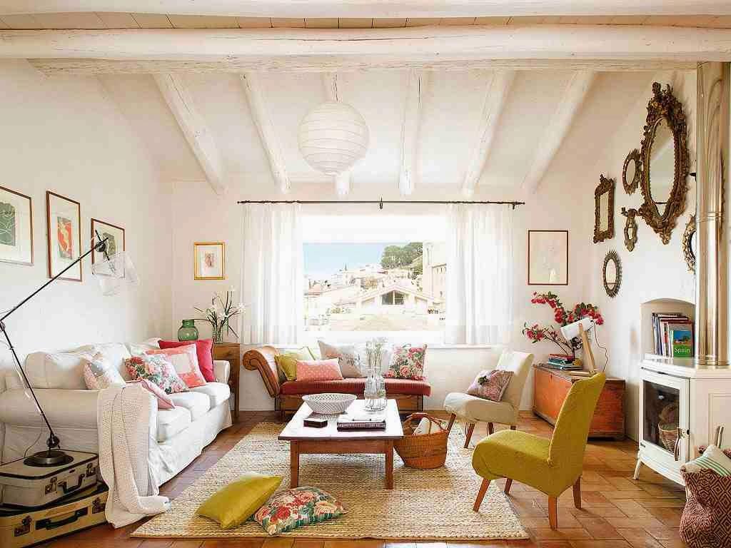 Białe belki sufitowe, biała sofa, dekoracja ze starych walizek, stylowe meble w rustykalnej aranżacji, biały, drewniany sufit