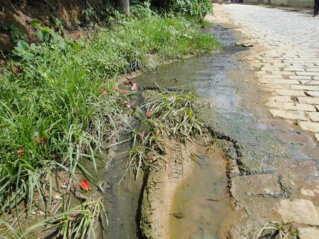 Esgoto corre nas ruas da Posse em Teresópolis e comprometem saúde de moradores locais
