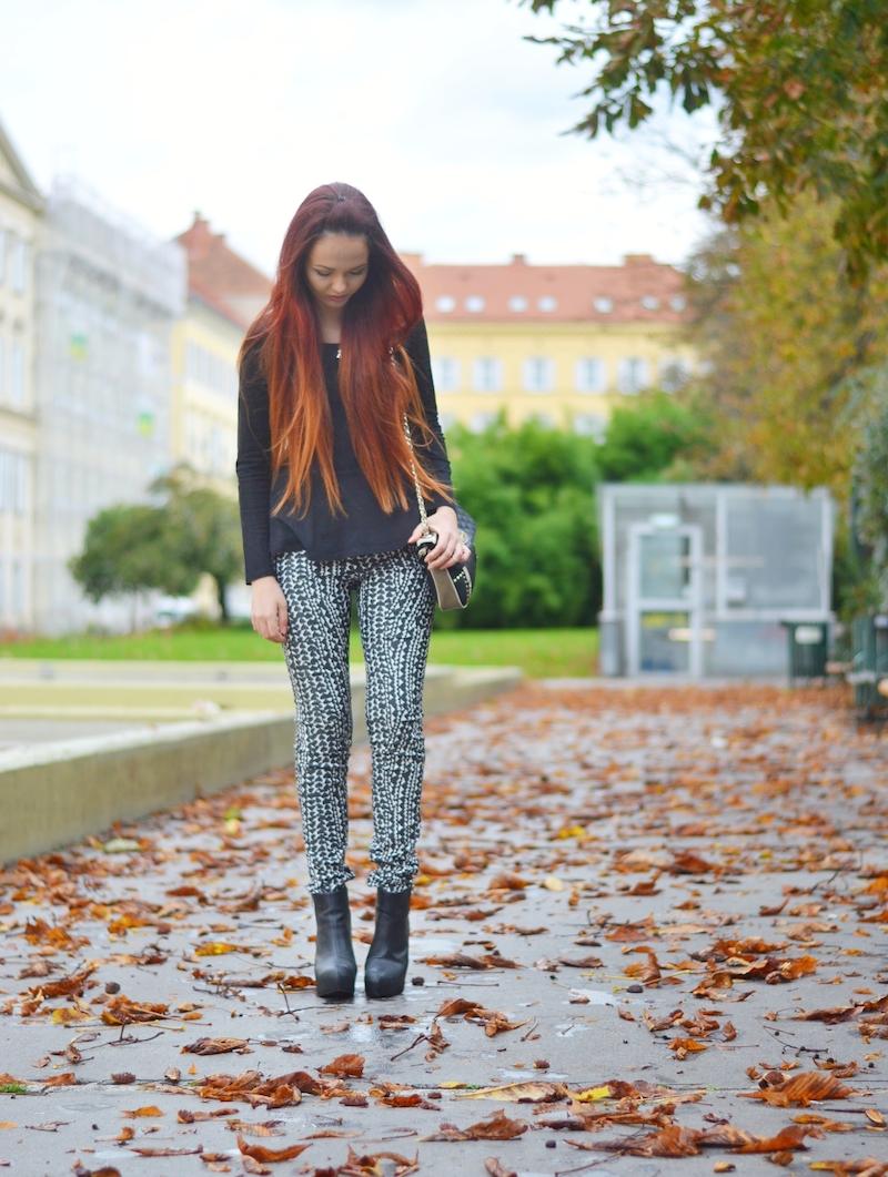 Herbst_Outfit_gemusterte_Hose_lange_rote_Haare