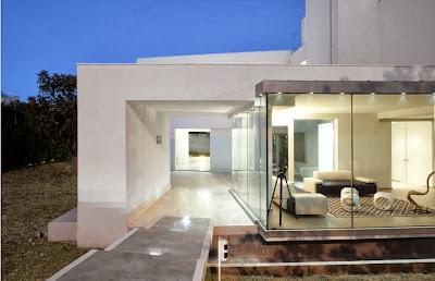 Fachada de casa moderna usando arquitectura bio climática
