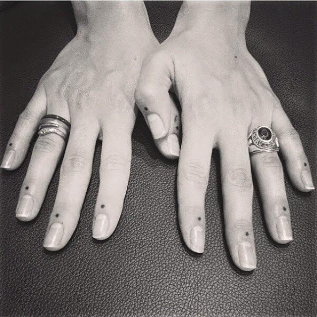 chica con los dedos tatuados 5