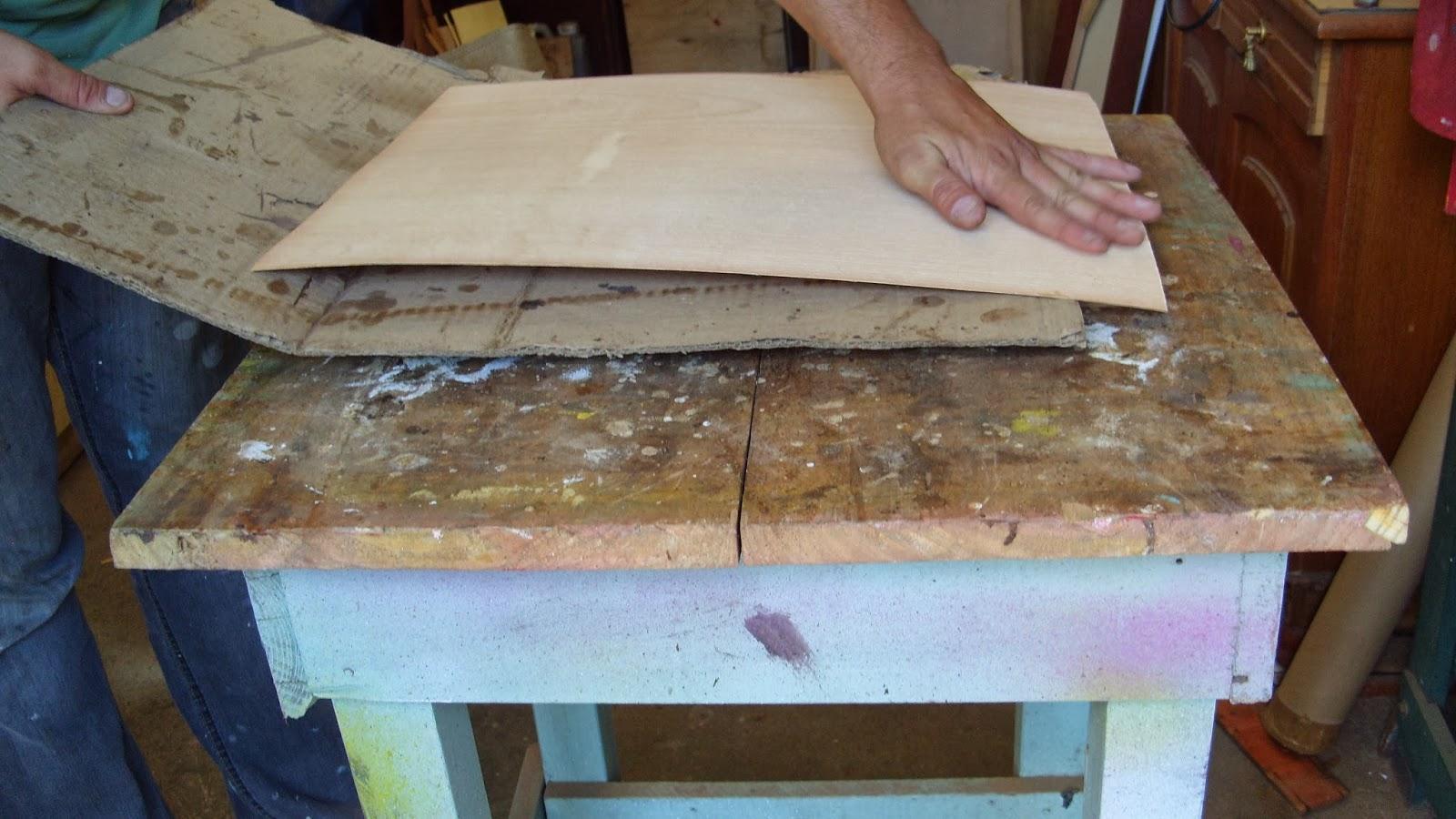 cada pedaço que se puxa do papelão se faz pressão com a mão em  #3B7190 1600x900