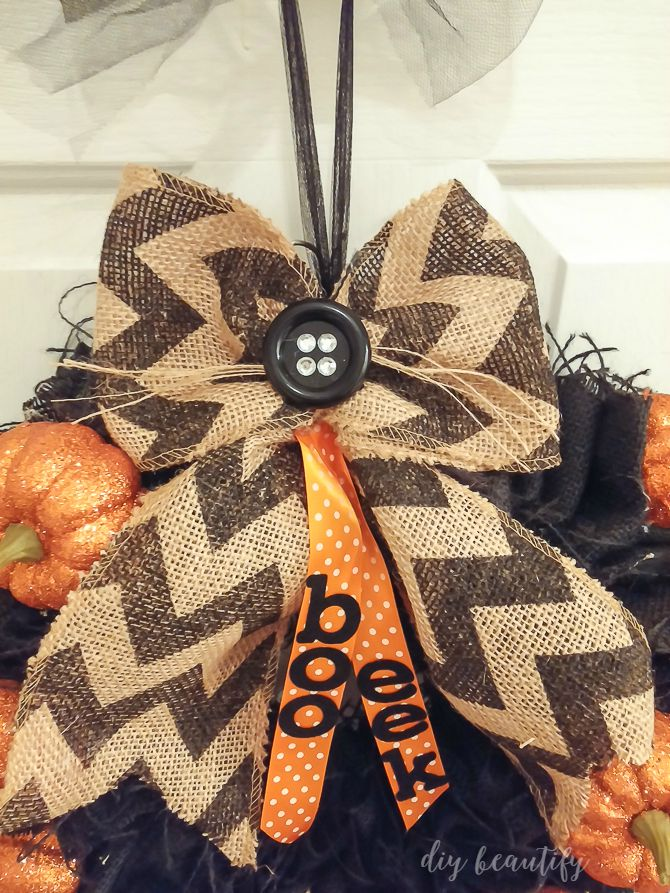 Fabulous and easy burlap wreaths to make! Find out how at diy beautify!