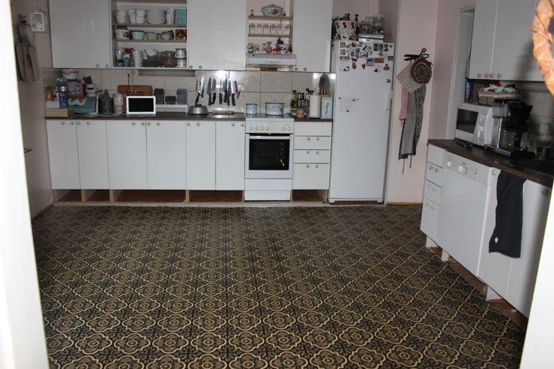 Räpellystä  askartelua, sisustusta, leipomista Keittiön lattia