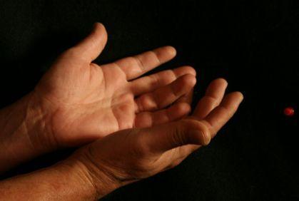 بالفيديو : هل تعلم أن الجلد يتكلم - رجل يدعى يد تدعى الدعوة الله - يدان ايدى - hands pray