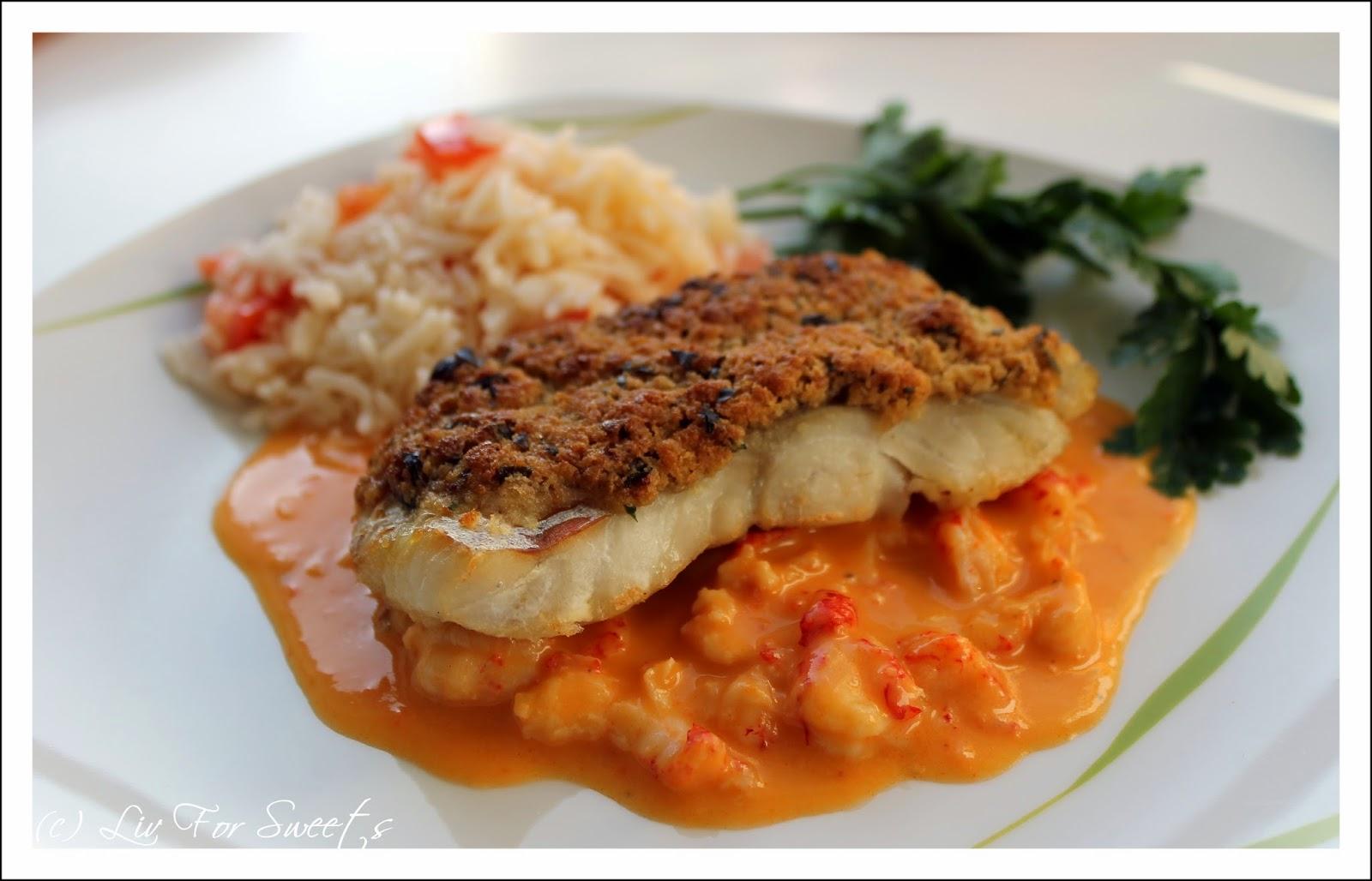 Fisch-Rezept für Seelachs mit einer Panade aus Toast und Butter auf einer Sauce mit Krebsfleisch an Reis mit Tomaten