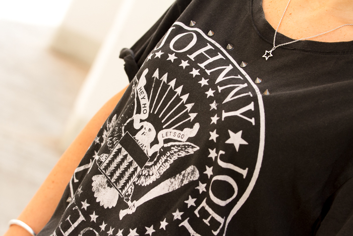 Blogger con camiseta manga corta escudo Ramones Hey Ho Let's Go