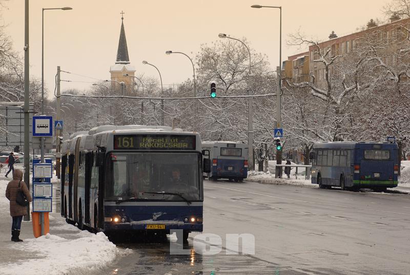 Autóbuszok a márciusi havas reggelen