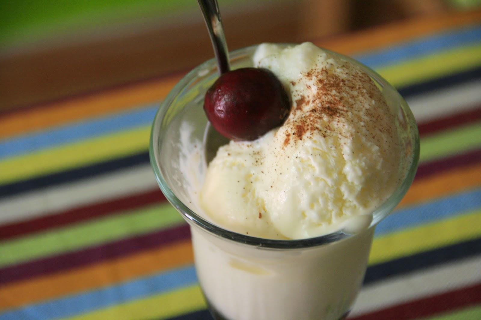 Gelat de llet merengada servit amb canella i cireres