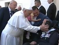 el papa francisco haciendo un exorcismo