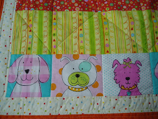 Colcha de patchwork para cuna con dibujo de perritos