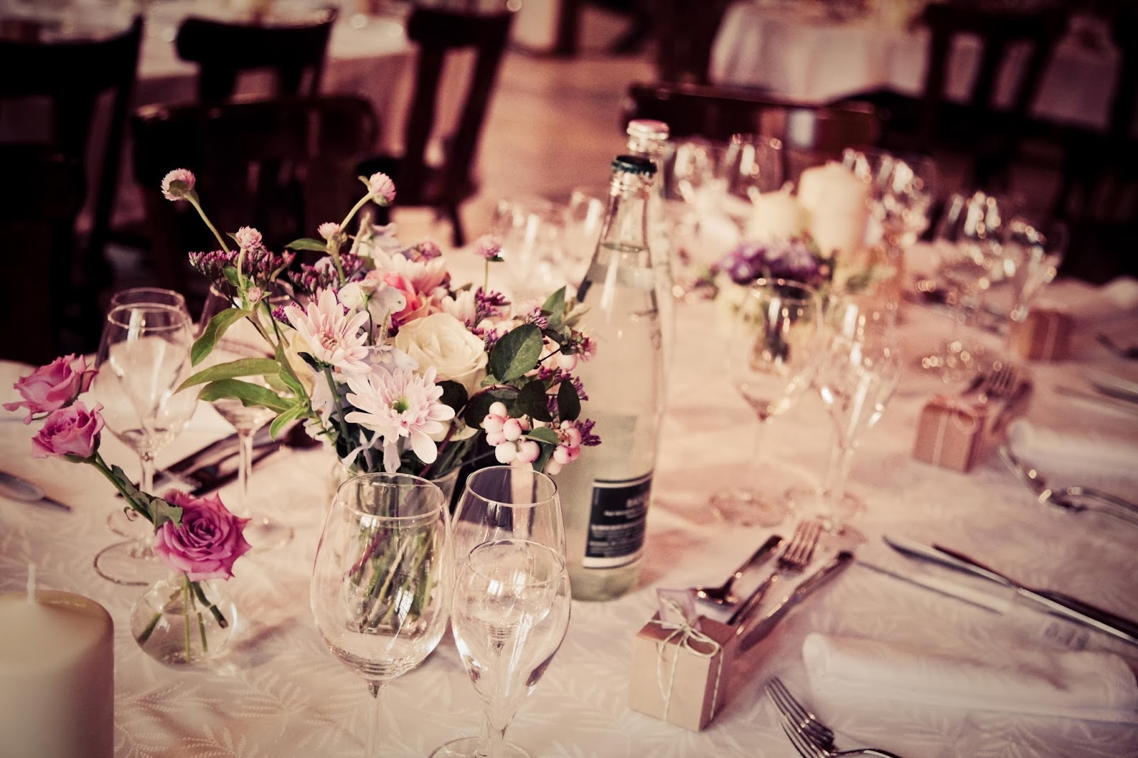 retro wedding table decoration - wedding photographer : Elisabeth Perotin