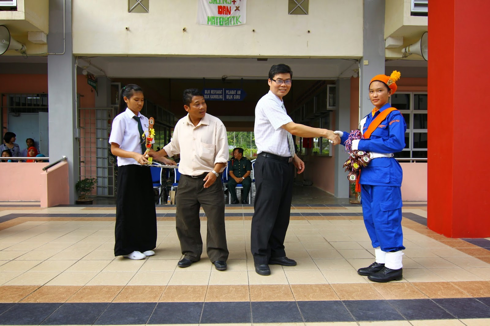 Penolong Kanan 1, Mr Lau Ngie Tung menyampaikan hadiah kepada pemenang Kawad Kaki KAPA