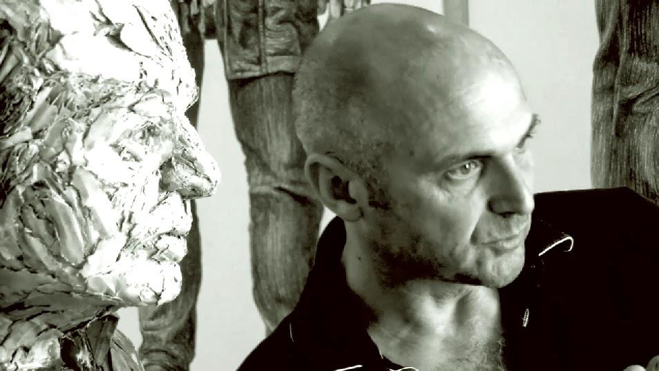 Steve Gibson con una escultura