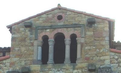 Oviedo, iglesia de Santa María de Bendones, ventana trífora