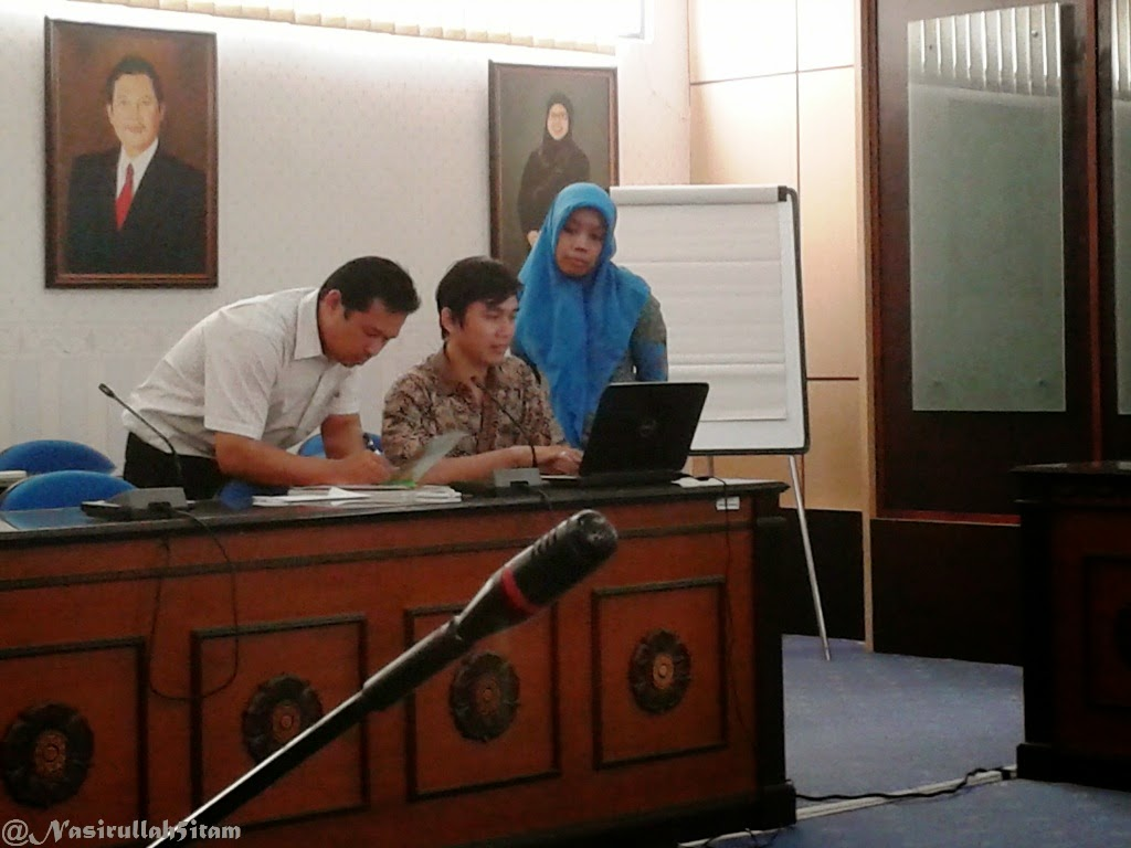 Pemateri membantu perbaikan OJS milik peserta