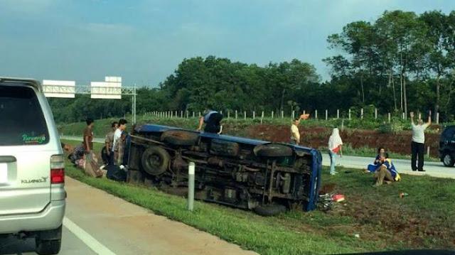 Mini Bus Arah Cirebon Terbalik di Tol Cipali KM 97