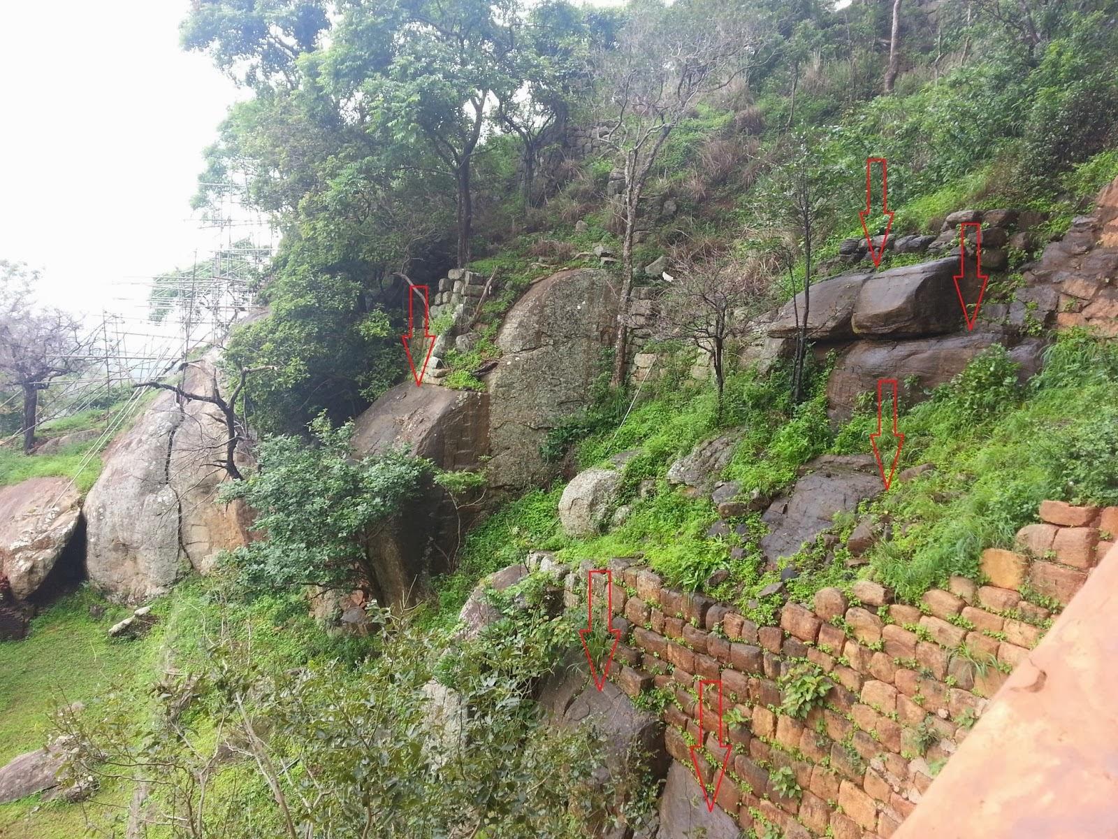 Огромные гранитные камни на склоне Сигирии искусственного происхождения являются частью древней стены