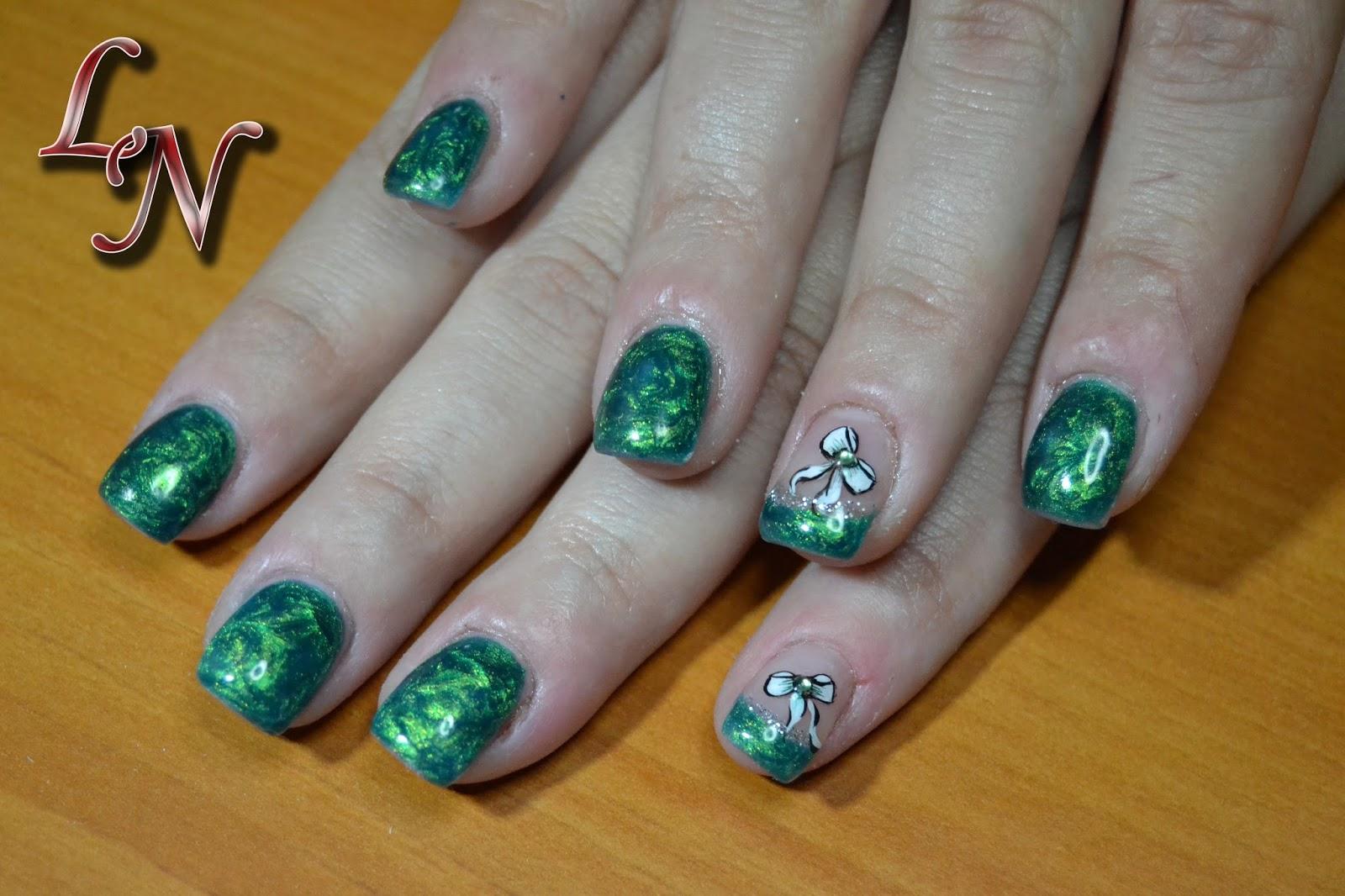 nail art su french in micropittura con strass in tinta