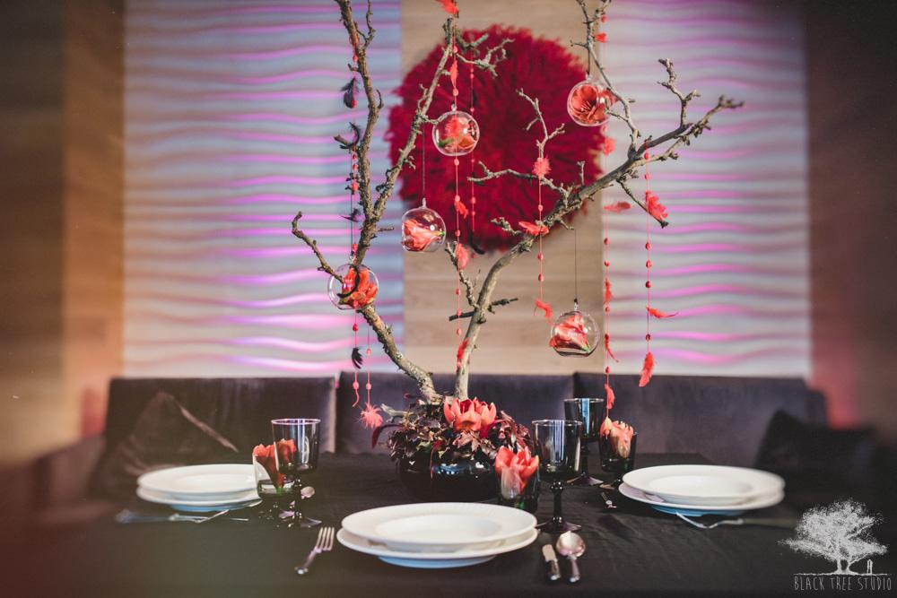 Czerwono czarna aranżacja stołów weselnych
