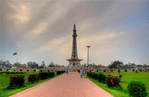 minar e pakistan essay Minar-e-pakistan ( pakistan day memorial ) is a minar which was built to mark  the twenty-four hours when the pakistan declaration was passed.