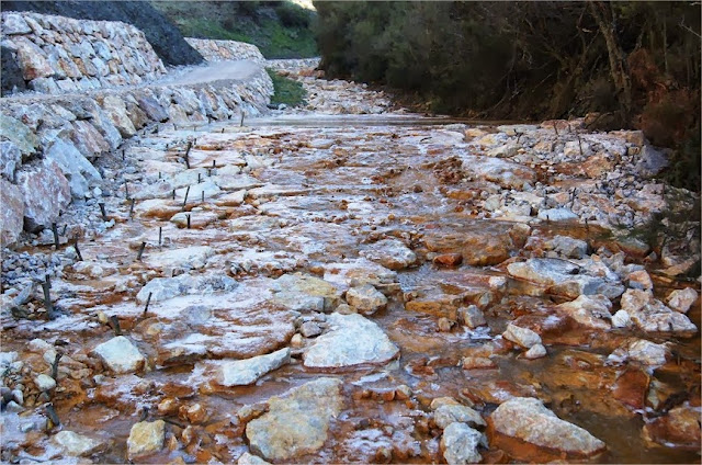 Canal calizo (open limestone channels). La Silva (El Bierzo). http://www.panoramio.com/photo/65889969