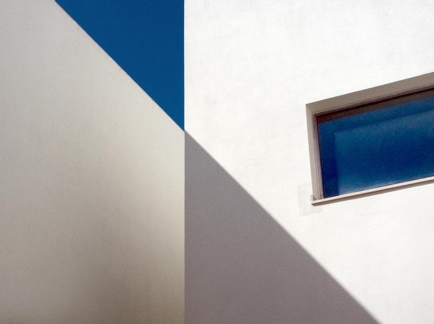Composição com a foto de duas paredes e as linhas das suas sombras