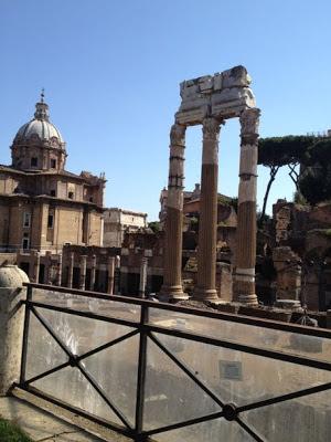 en el foro romano se desarrollaba la vida pública de la ciudad, y en la que tenía lugar el comercio, los negocios, la religión, entre otros. El Foro Romano. Que visitar en Roma.