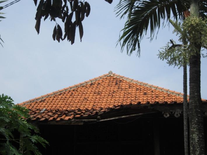 rumah tradisional betawi ini berdiridi atas tanah yang berbentuk ...