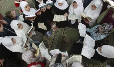 Jendela Islam : Lunturnya Tradisi Mengaji Usai Maghrib [ www.Bacaan.ME ]