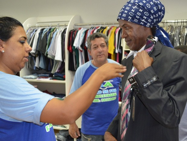 Madalena experimenta terno que usará na posse como vereadora de Piracicaba (Foto: Thomaz Fernandes)