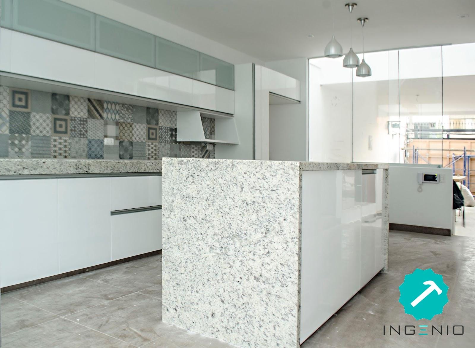 Mueble de cocina con acabado poliuretano blanco - Cocinas con bloques de vidrio ...