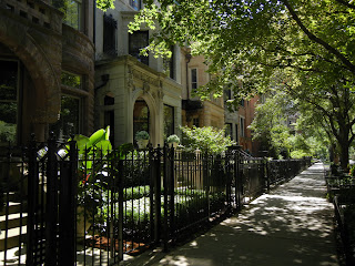 Historic mansions in the Gold Coast Neighborhood in downtown Chicago, Illinois