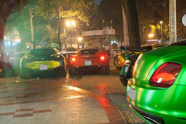 Áo decal lạ mắt cho siêu xe tại Việt Nam