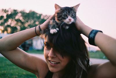 Foto cewek dengan anak kucing di atas kepalanya