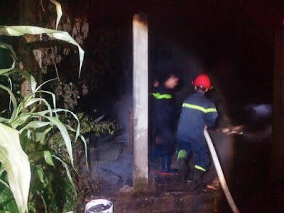 Đường vào căn nhà cháy nhỏ hẹp gây khó khăn cho lực lượng chữa cháy