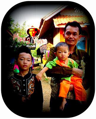Dari kiri Gugum G ( si Sulung) Mang Yono dan Gigin ( si bontot )