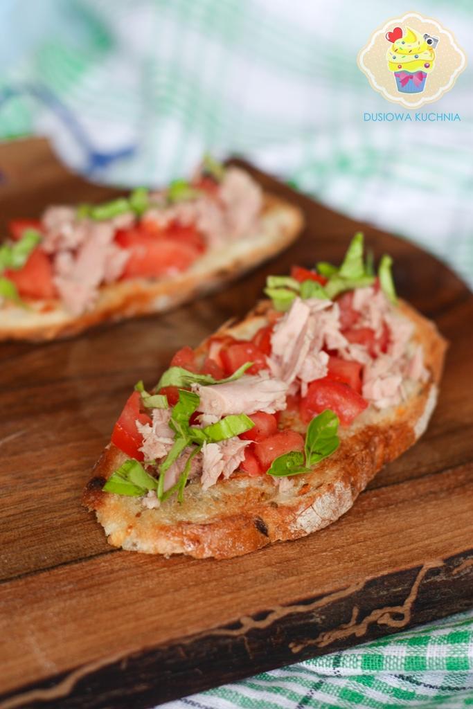 grzanki z tuńczykiem, przepisy na grzanki z rybą, grzanki z tuńczykiem i pomidorami