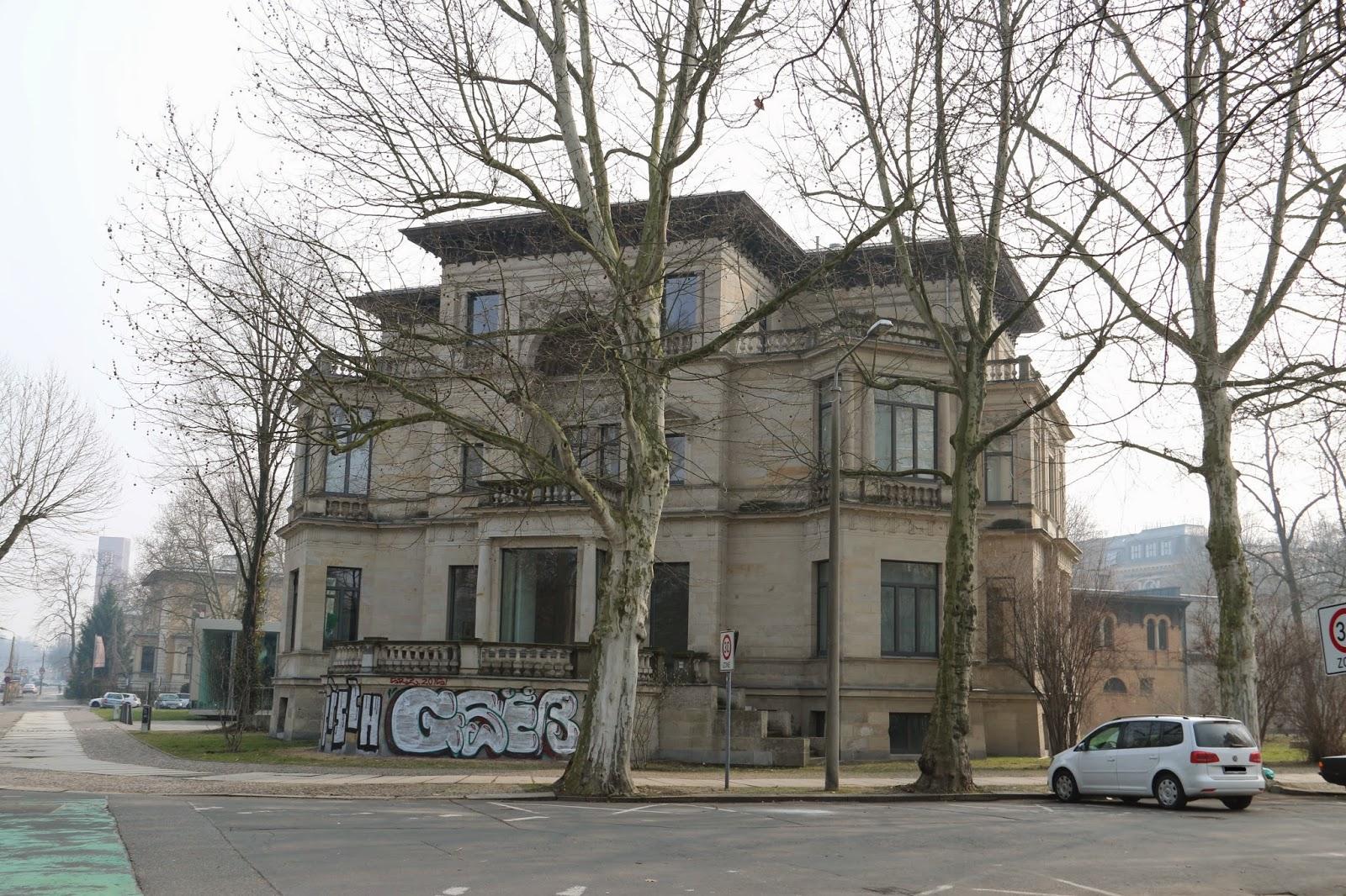 """Die dreigeschossige sogenannte """"Herfurthsche Villa"""" in der Karl-Tauchnitz-Straße wurde eigentlich für den Geologen Hermann Credner in den Jahren 1892 bis 1894 erbaut, aus diesem Grund würde ich sie vielleicht lieber """"Villa Credner"""" nennen"""