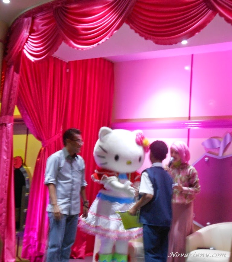 Meet and greet Hello Kitty and friends