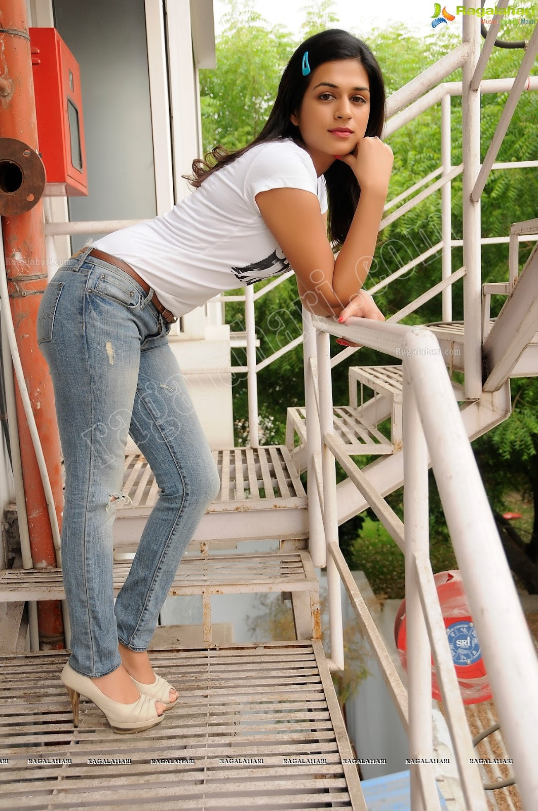Bolly break news latters shraddha das white top blue jeans hot