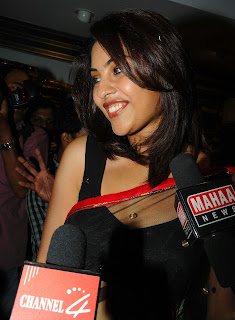 Richa Gangopadhyay in Spicy Transparent Black Saree (4)