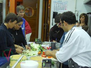 Los alumnos trabajando en la elaboración de los platos.