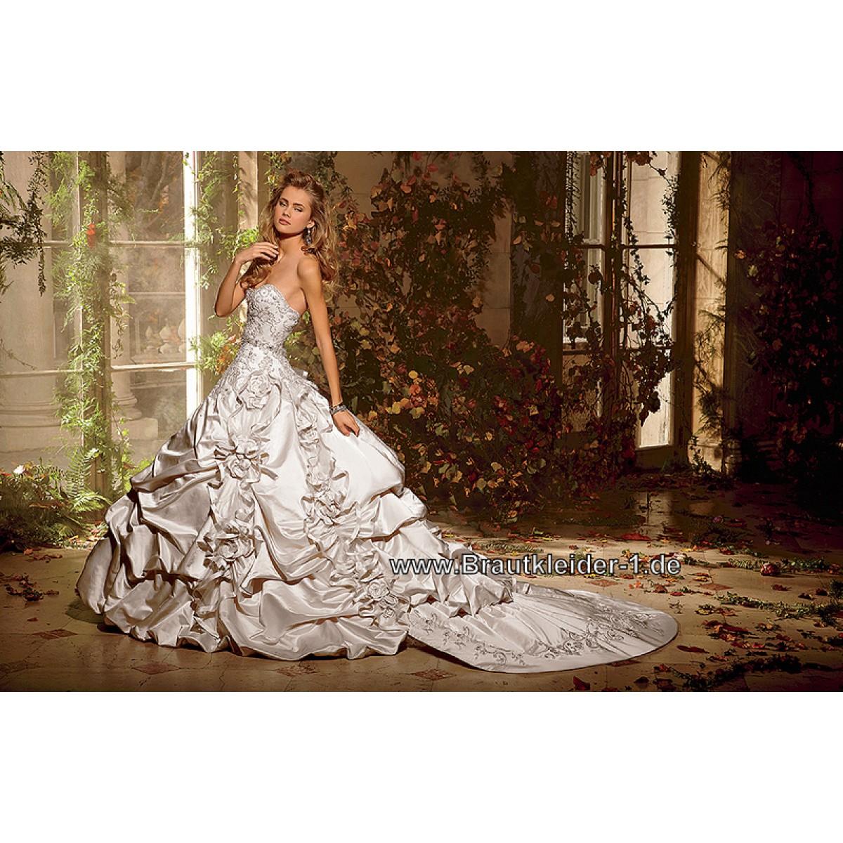 Brautkleid mit Schleppe auf Rechnung