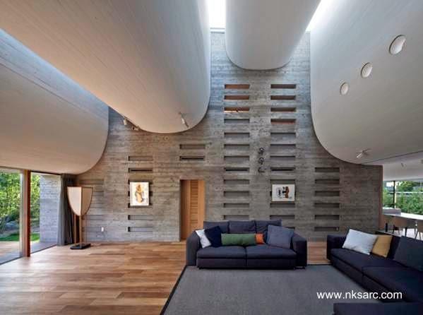 Vista de la sala de estar extensa y acondicionada acústicamente para hacer presentaciones musicales