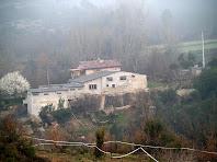 La masia El Soler a la vessant dreta de la riera de la Riba