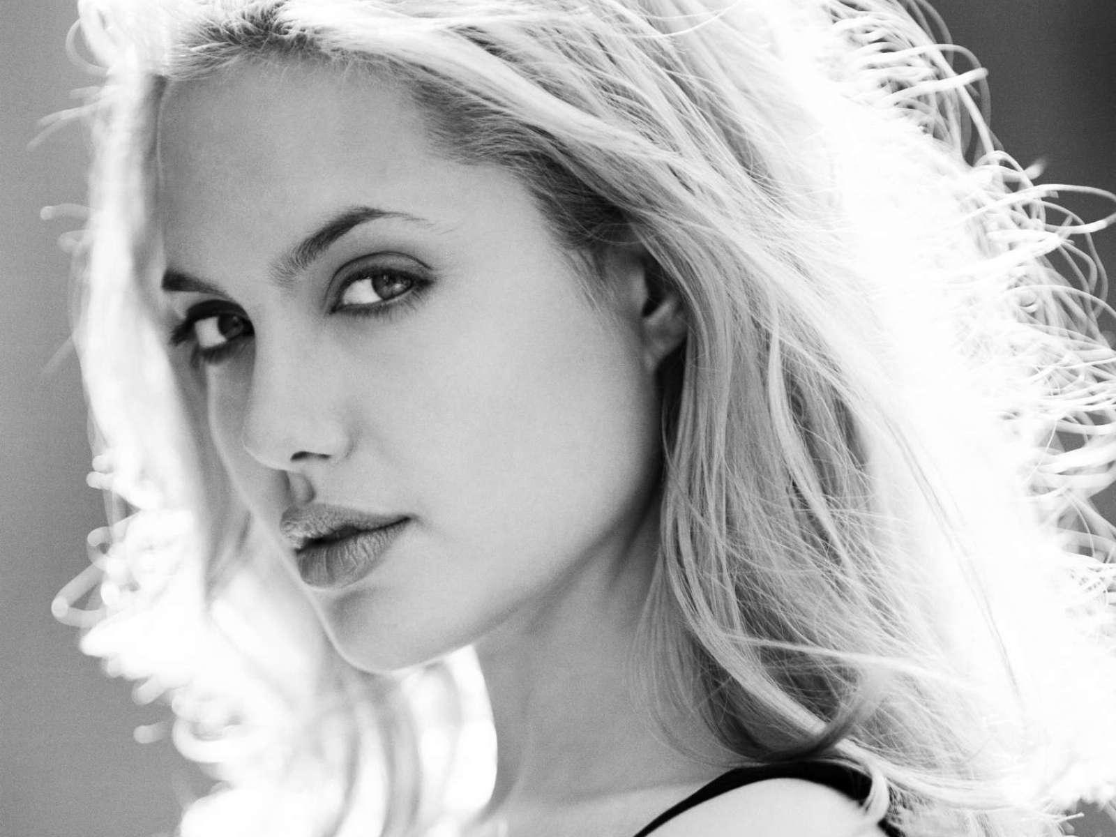 http://3.bp.blogspot.com/-yDmofehUfuc/UBTl-IpuwhI/AAAAAAAAMck/R8NpiFKMb8s/s1600/Angelina-Jolie-330.jpg